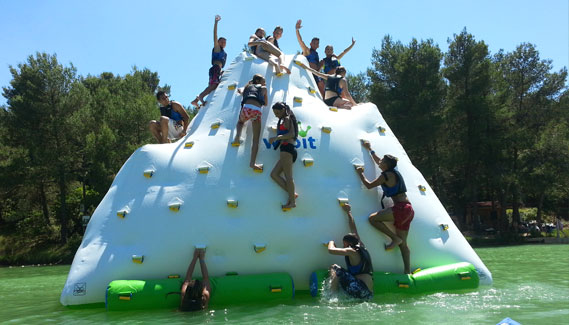 ice-berg-gonflabe-mur-escalade-parc-aquaviva-lac-de-la-cavayere